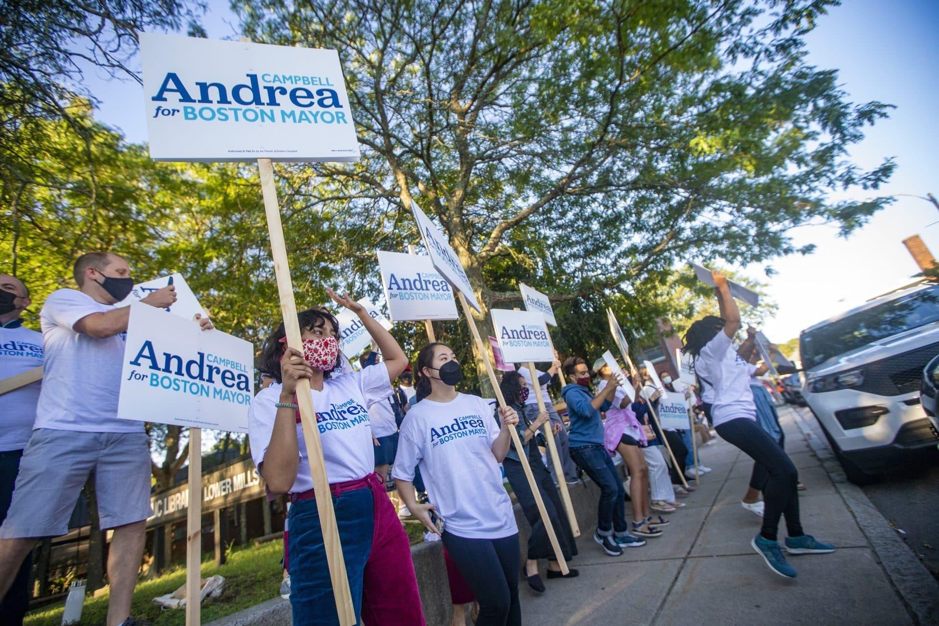 Una gran multitud de partidarios de Andrea Campbell fuera de la sucursal de Lower Mills de la Biblioteca Pública de Boston el martes por la mañana.  (Jesse Costa / WBUR)