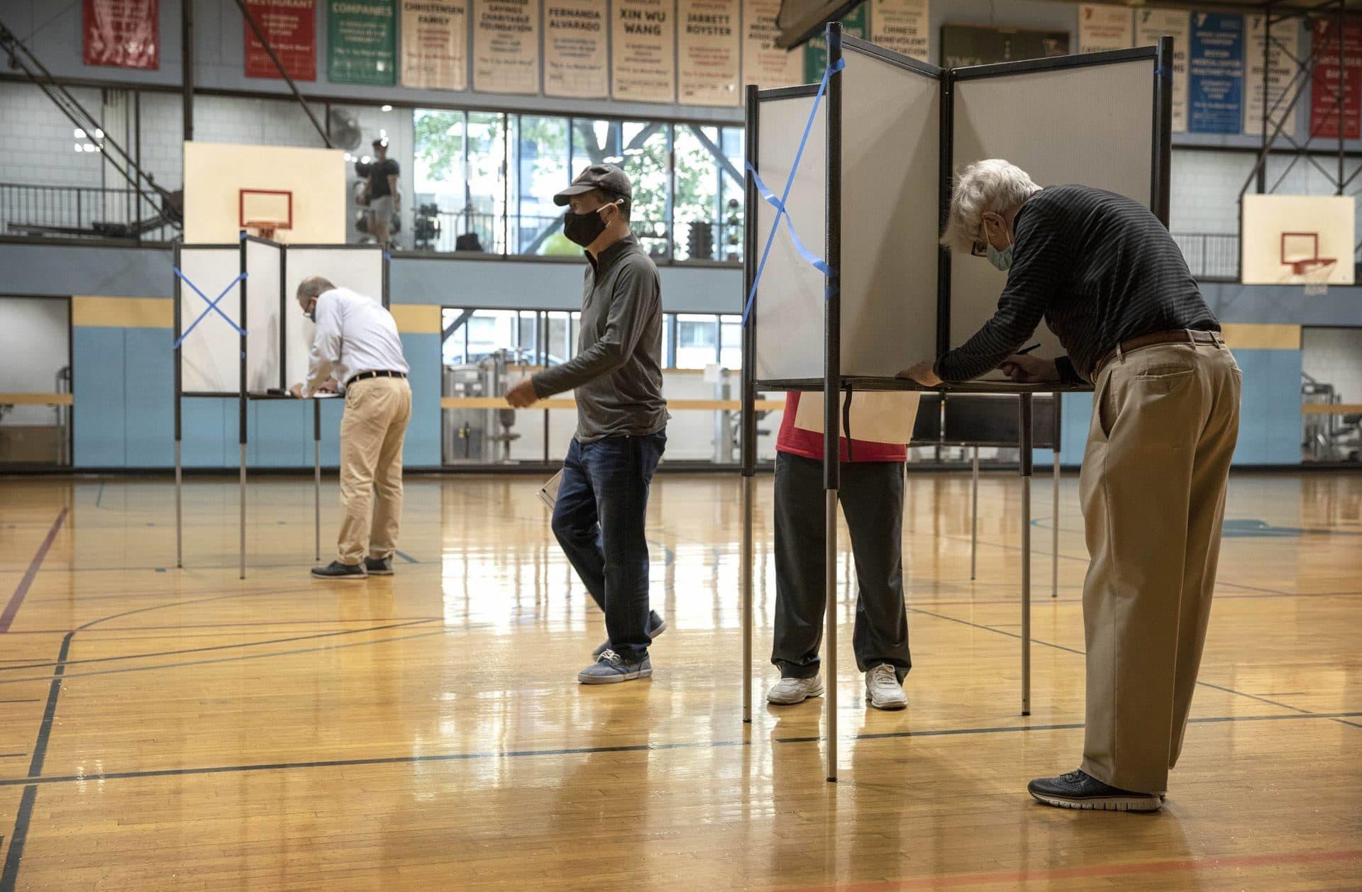 La votación comienza en el colegio electoral Wang YMCA en Boston.  (Robin Lubbock / WBUR)